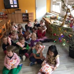 Velké poděkování patří paní Lence Novákové. Ušila pro děti z Koťátek tyto krásné polštářky. Děti si je nechají ve třídě na spinkání a ke konci roku si je odnesou domů. Ještě jednou moc děkujeme.